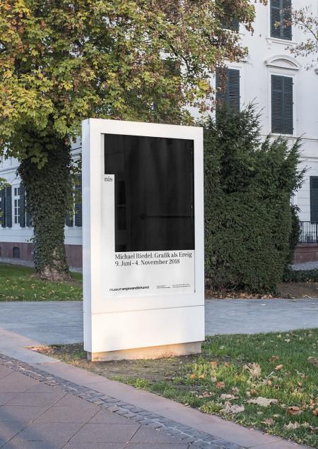"""Plakat anlässlich der Ausstellung """"Michael Riedel. Grafik als Ereignis"""" im Museum Angewandte Kunst Frankfurt, 2018, Gestaltung: Bureau Sandra Doeller, Foto: Sandra Doeller"""