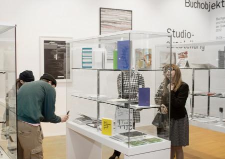 """Blick in die Studioausstelung """"172 Buchobjekte. Buchgestaltungen und Buchobjekte der Sammlung seit 2012"""", Museum Angewandte Kunst 2017. Foto: Anja Jahn, Copyright: Museum Angewandte Kunst"""