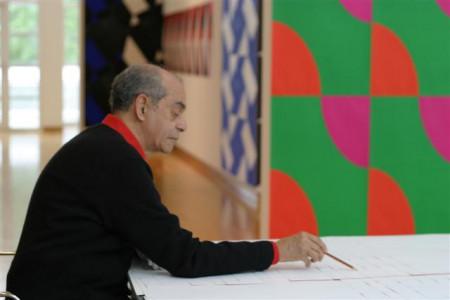 """Almir Mavignier signiert das von ihm für die Frankfurter Ausstellung 2004 entworfene Motiv """"Additive Plakate"""" anlässlich der gleichnamigen Ausstellung, Siebdruck, 59,4 x 84 cm. Foto: Axel Schneider, Copyright: Museum Angewandte Kunst"""